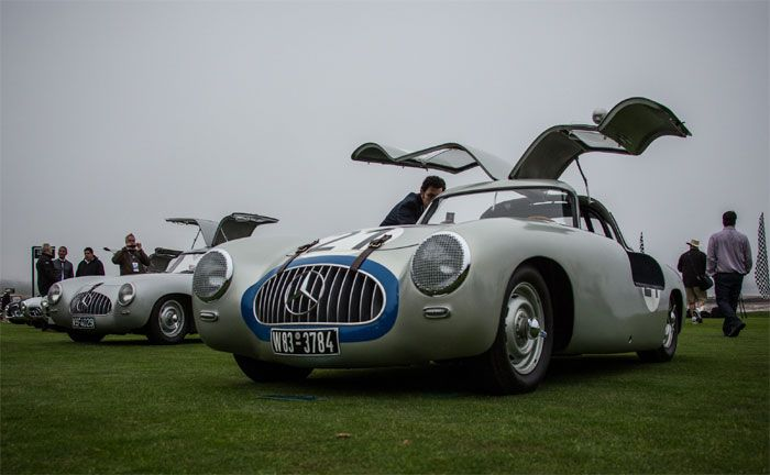 Monterey Car Week in Pebble Beach, 2012: Mercedes-Benz 300 SL Rennsportwagen (W 194) aus dem Jahr 1952. Dahinter der gleiche Typ, jedoch mit den ursprünglichen, kleineren Flügeltüren.