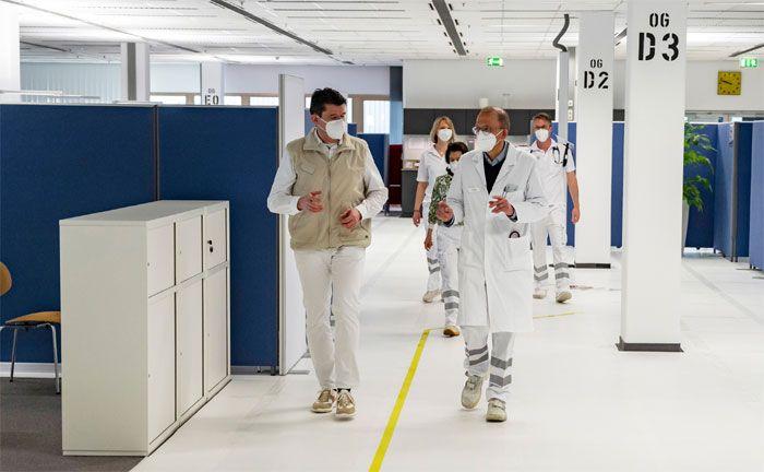 COVID-19-Impfungen: Medizinisches Fachpersonal im Impfzentrum im Mercedes-Benz Werk Sindelfingen