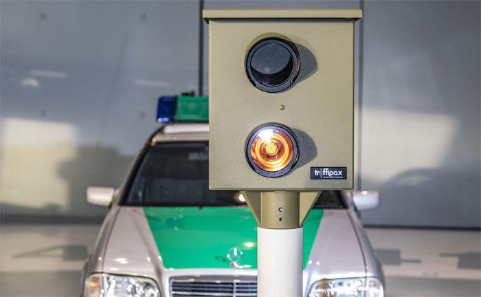Der Starenkasten: Seit 1959 werden in der Bundesrepublik Deutschland Anlagen zur Geschwindigkeitsüberwachung eingesetzt. Diese stationäre Variante trägt ihren Namen wegen der an einen Nistkasten erinnernden Form. (Foto: Mercedes-Benz Classic)