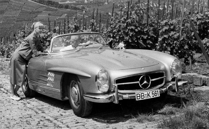 Mercedes-Benz 300 SL Roadster (W 198). Produktionszeit der Baureihe von 1957 bis 1963. Genrefoto aus dem Jahr 1961 in den Weinbergen auf dem Stuttgarter Rotenberg mit Blick auf das Mercedes-Benz Werk Untertürkheim im Hintergrund. (Foto: Mercedes-Benz)