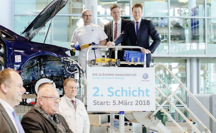 Gläserne Manufaktur produziert E-Golf erstmals im Zwei-Schicht-Betrieb