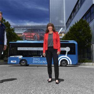 Wiederanlauf Werkführungen BMW Group Werk München, Werkleiter Dr. Robert Engelhorn, Brigitte Adelhardt, Leiterin Mobilität/Services BMW Group und Christian Brettschneider, Geschäftsführer Busunternehmen Brettschneider