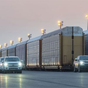 Batterie-elektrischer Ford F-150 zieht 10 Eisenbahn-Waggons