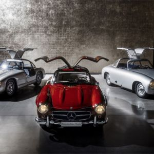 V.l.n.r.: Mercedes-Benz 300 SL Rennsportprototyp (W 194/11) für die Saison 1953, Mercedes-Benz 300 SL Coupé (W 198) von 1957, Mercedes-Benz 300 SL Rennsportwagen (W 194) von 1952. (Foto: Mercedes-Benz Classic)