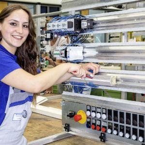 Volkswagen bildet in rund 30 Berufen und 20 Dualen Studiengängen an 10 Standorten in Deutschland aus