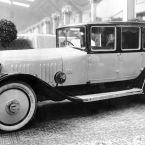 Deutsche Automobil-Ausstellung in Berlin, 1921: Die Maybach-Motorenbau GmbH präsentiert ihr erstes Automobil, einen Maybach W 3. Die Karosserie stammt von Auer aus Cannstatt.