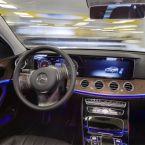 Fahrerloses Parken im realen Verkehr: Per Smartphone-Befehl fahren Autos fahrerlos in einen zugewiesenen Stellplatz, ohne dass der Fahrer das Manöver noch überwachen muss