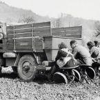Die halbautomatische Kartoffel-Pflanzmaschine war ein Anbaugerät aus den Anfangsjahren des Unimog.