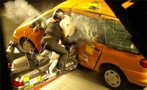 crashtest motorrad airbag kann vor schlimmen verletzungen sch tzen. Black Bedroom Furniture Sets. Home Design Ideas